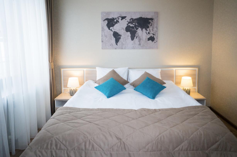 Улучшенный двухкомнатный двухместный номер с 1 широкой кроватью